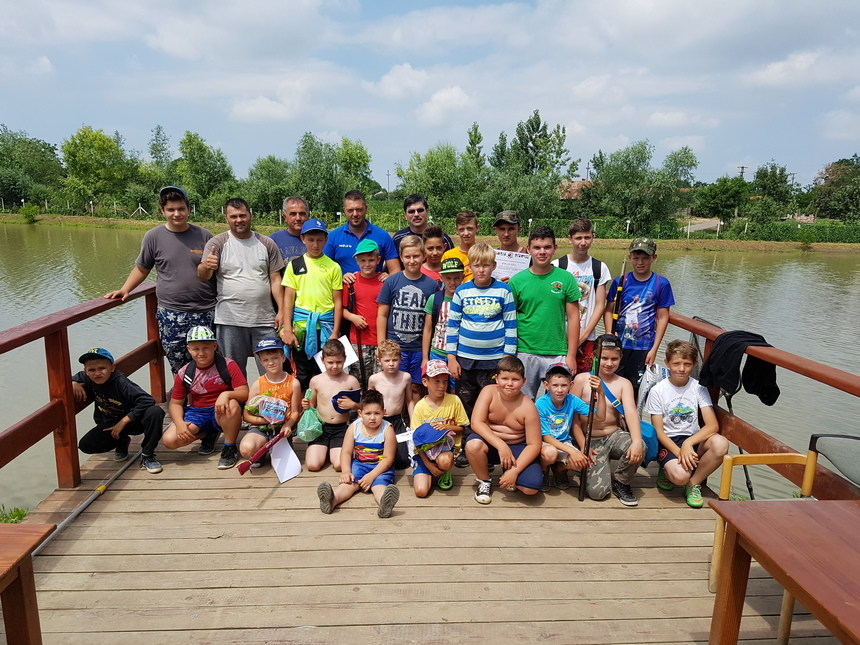 Participantii concurs pescuit Dara